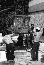 Η άφιξη της σαρκοφάγον από το Λαδοχώρι (αρ. ευρ. AMI 6176) στο Αρχαιολογικό Μουσείο Ιωαννίνων.